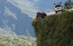 玻利维亚刺激骑行死亡之路:每年夺命300条