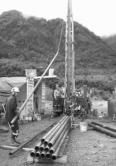 科学家首次钻孔测地震