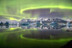 2014年天文摄影奖佳作:嫩绿色极光完美倒影