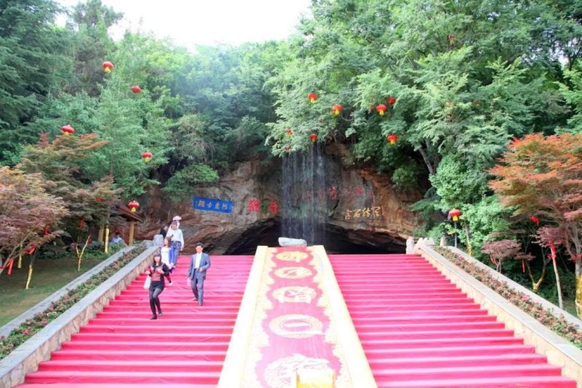 〈阿庐古洞〉是云南省四a级风景区,位于泸西县境内.
