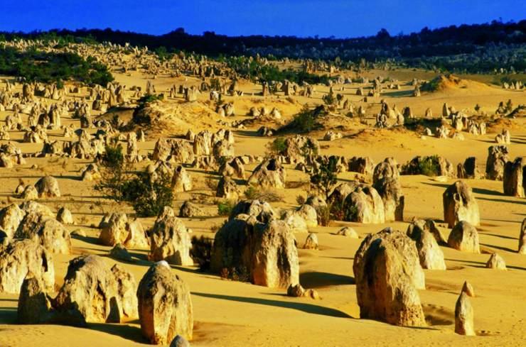 沙漠上摆怪石阵
