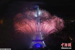 """埃菲尔铁塔""""身披""""绚丽烟花 庆祝法国国庆日"""