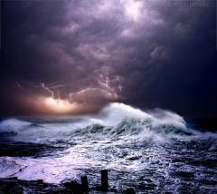 大自然的震撼咆哮:摄影师拍风卷云涌海浪滔天