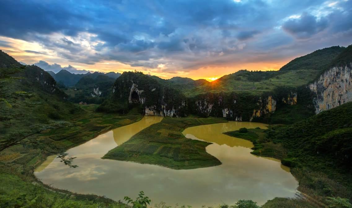 《潮起阴山》偶遇雨后转晴的凤山江洲阴阳山日落,满天乌云在夕阳的余晖中泛起诱人蓝色色谱,陪衬在阴山湿地,建立了冷暖相间动人背景,一个温馨和谐的场景瞬间被定格了。
