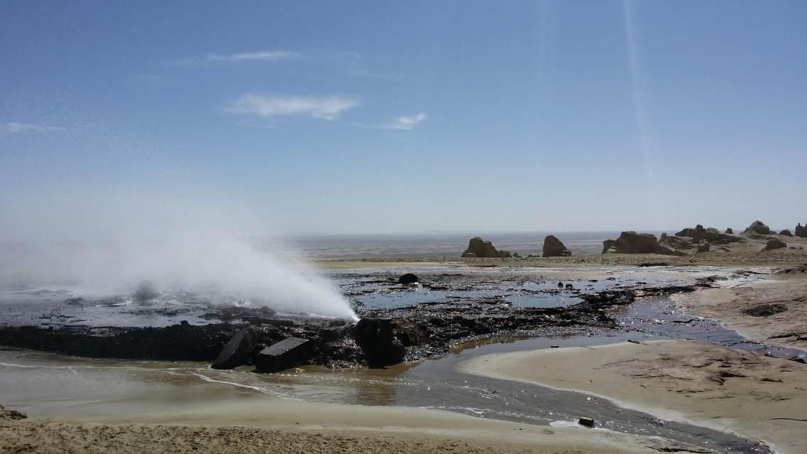 俄搏梁雅丹魔鬼城中最为神奇的出现硫磺泉,太为壮观