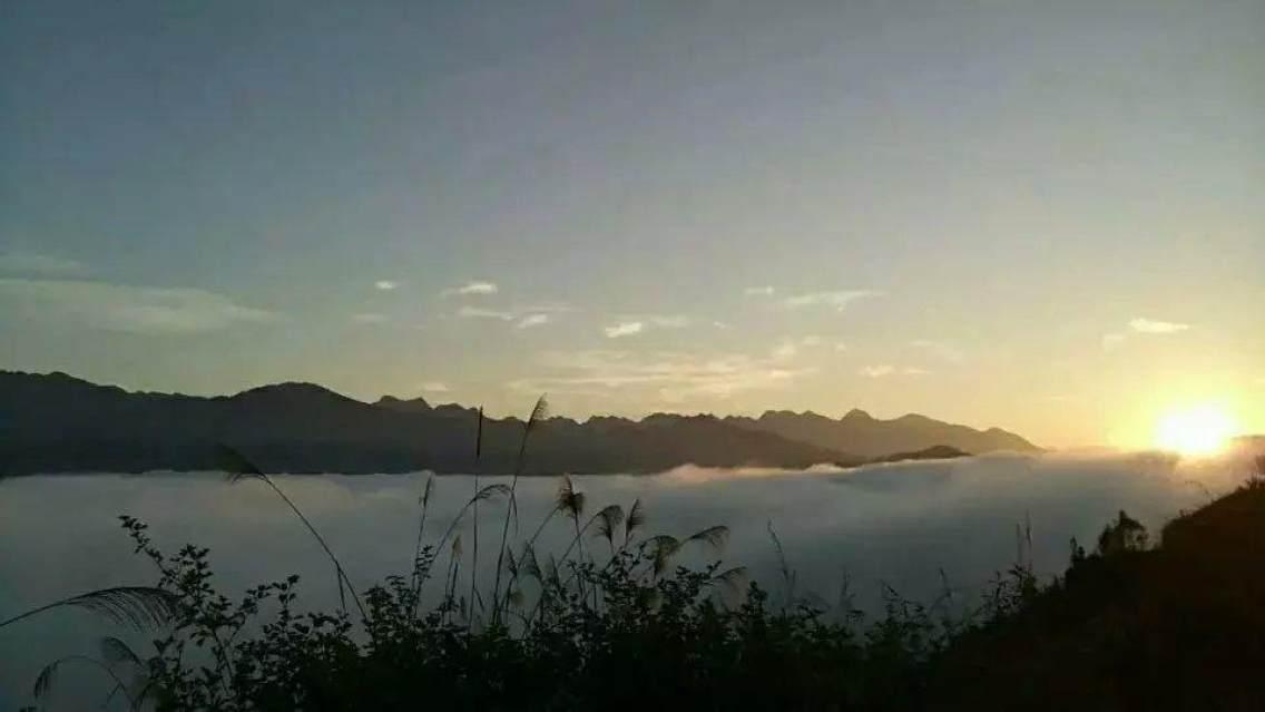 百色市西林县八达镇八大村下渭芒冬天云海日出早晨!