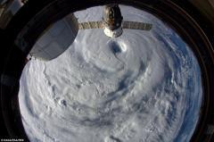 """宇航员从国际空间站拍到""""浣熊""""台风眼"""