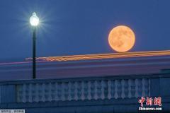 千里共婵娟:世界多地赏超级圆月高悬夜空美景