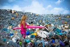 天堂另一面:马尔代夫垃圾岛塑料瓶堆积如山