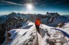 摄影师爬山峰拍阿尔卑斯山美景:阳光穿透白雪