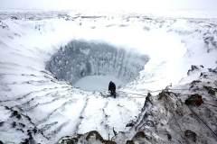 探索西伯利亚30米宽未知巨洞:底部发现冰冻湖
