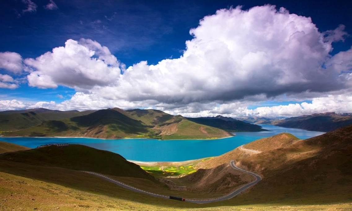 """羊卓雍措藏语意为""""碧玉湖"""",位于西藏山南地区浪卡子县和贡嘎县之间"""