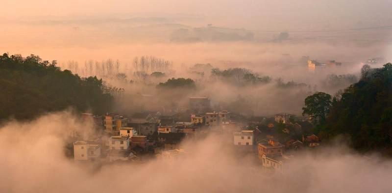 在通往湖南江永县桃川镇与广西恭城县的富桃公路边,景区前接桂东及